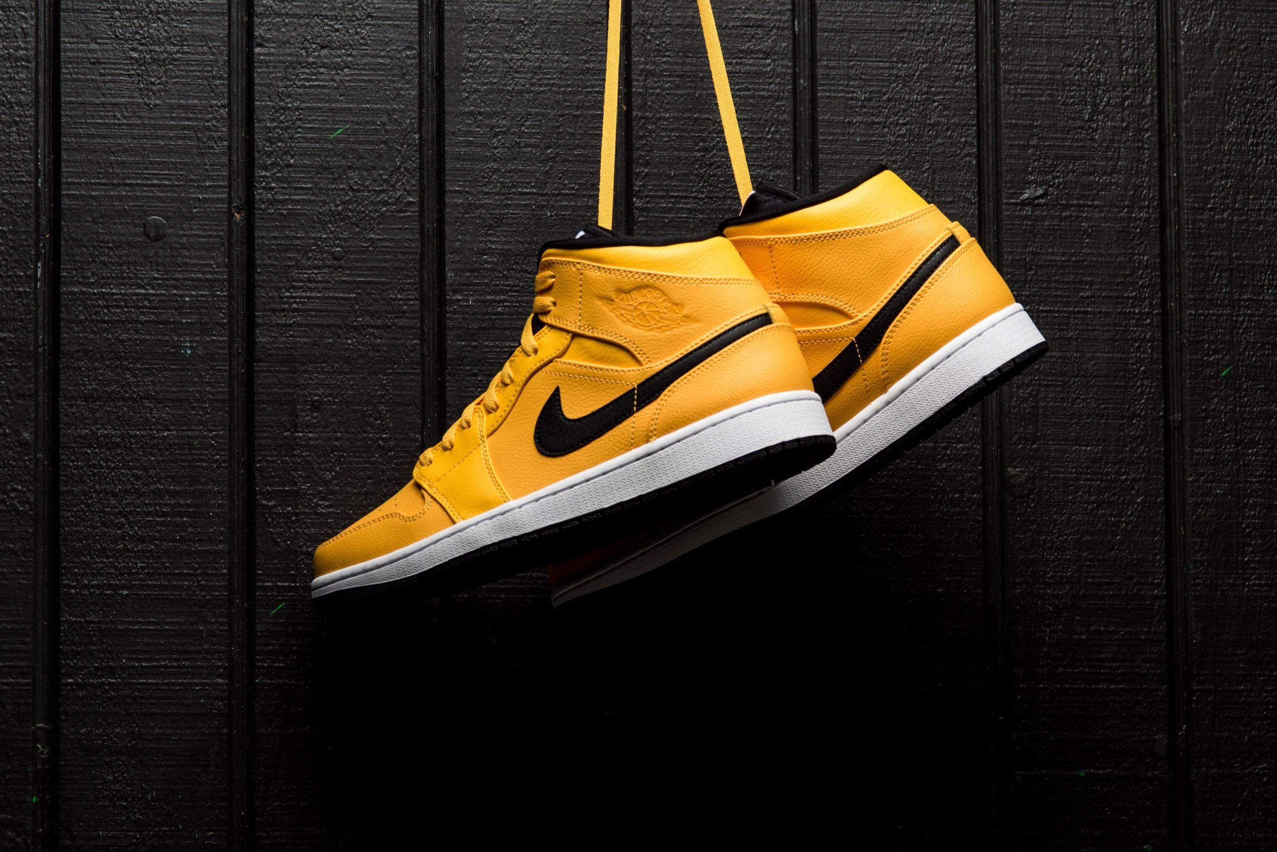 Gouden Jordan 1 mid zwarte swoosh