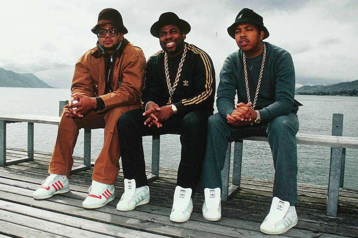 Run, DMC & Jam Master Jay met adidasschoenen aan