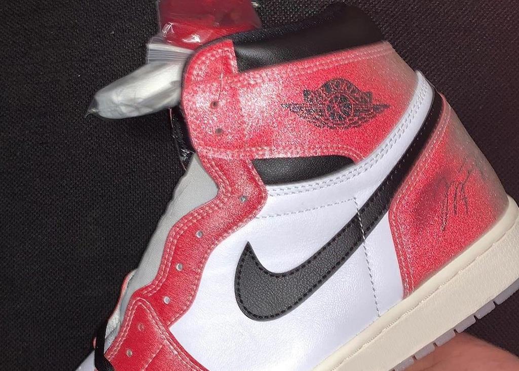 In hand pictures opgedoken van de zeer gelimiteerde Air Jordan 1 Trophy Room