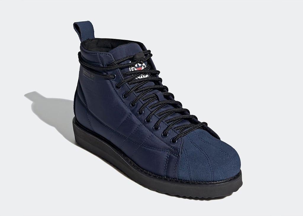 Trotseer de sneeuw met trots met de adidas Superstar Boots 'Navy'