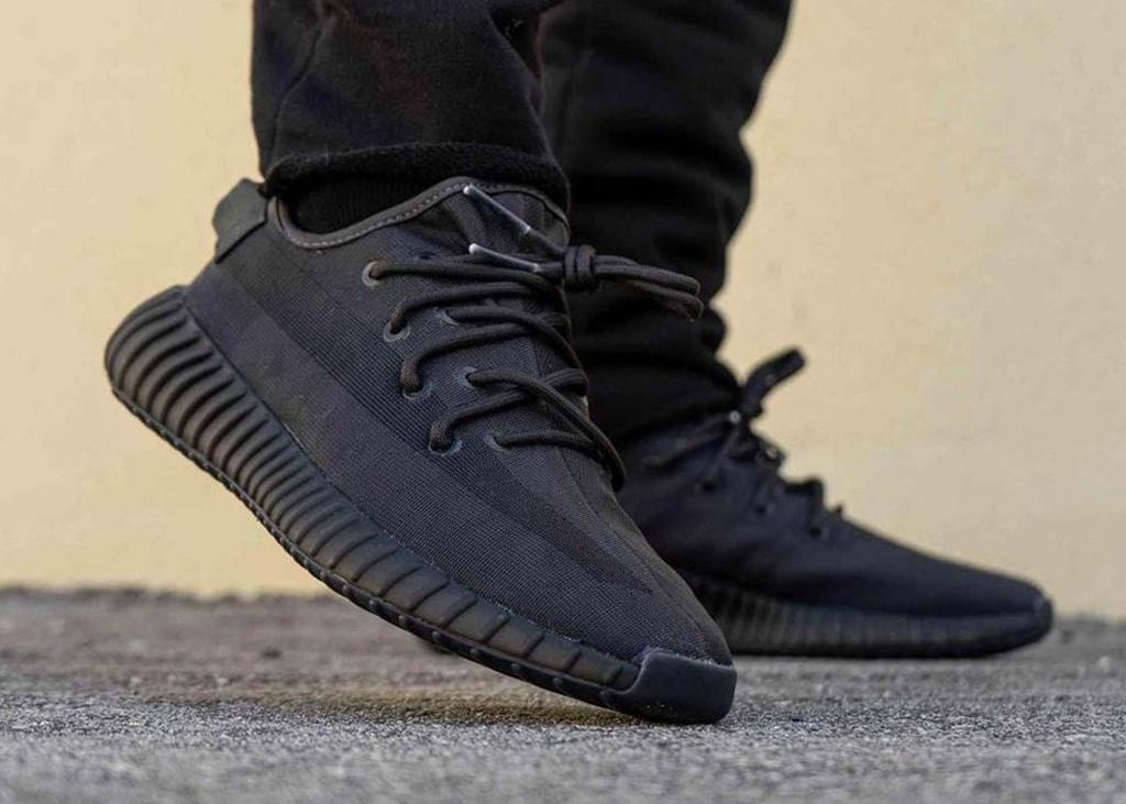 Ook on feet foto's verschenen van de nieuwe adidas Yeezy Boost 350 V2 'Mono Black'