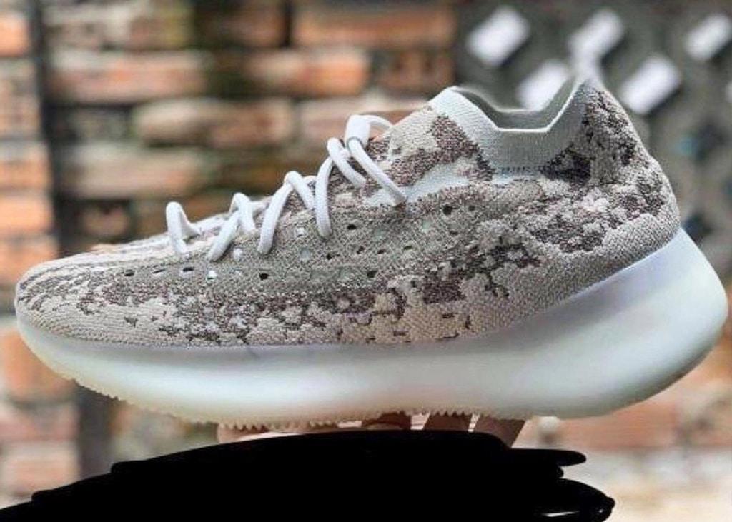Eerste in hand foto opgedoken van de nieuwe adidas Yeezy Boost 380 'Stone Salt'