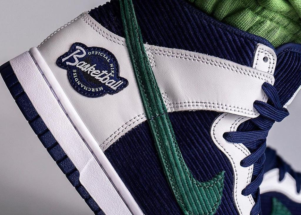 Old school vies dankzij de ribstof Nike Dunk High 'Sports Specialties'